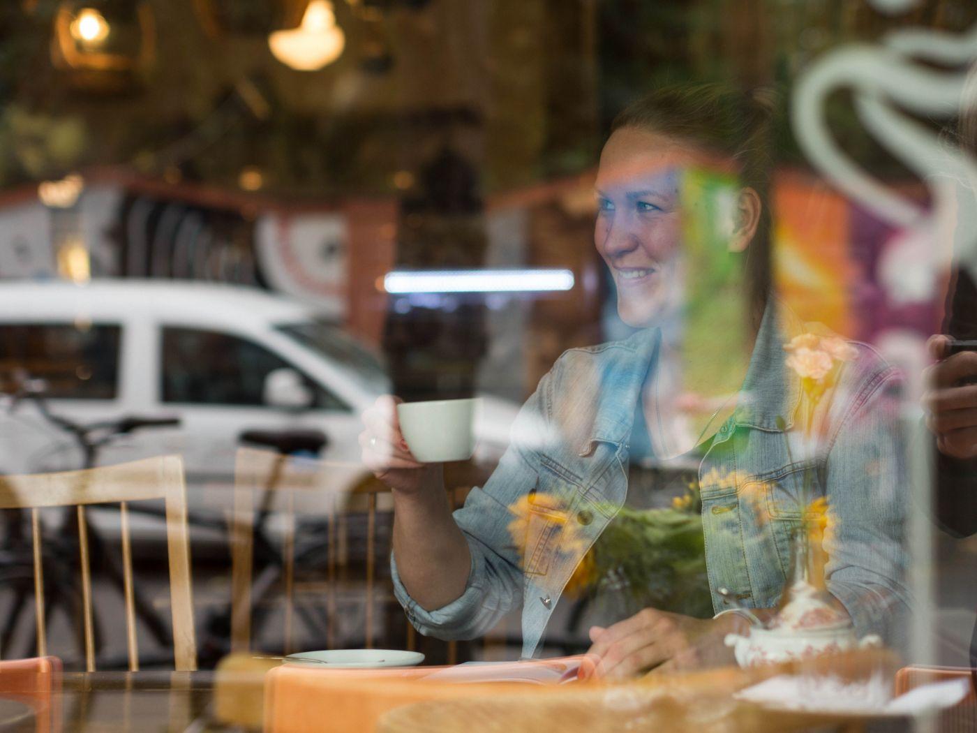 Kathi trinkt Kaffee im Madame Tartine in Köln